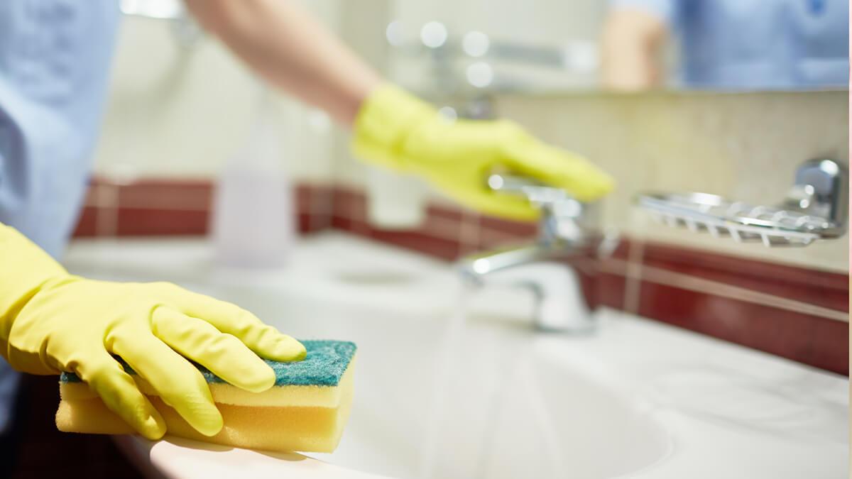 persona desinfectando baño