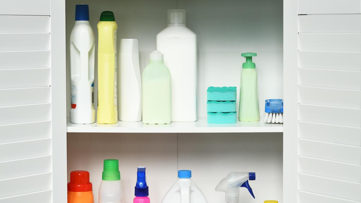 productos de limpieza en el armario