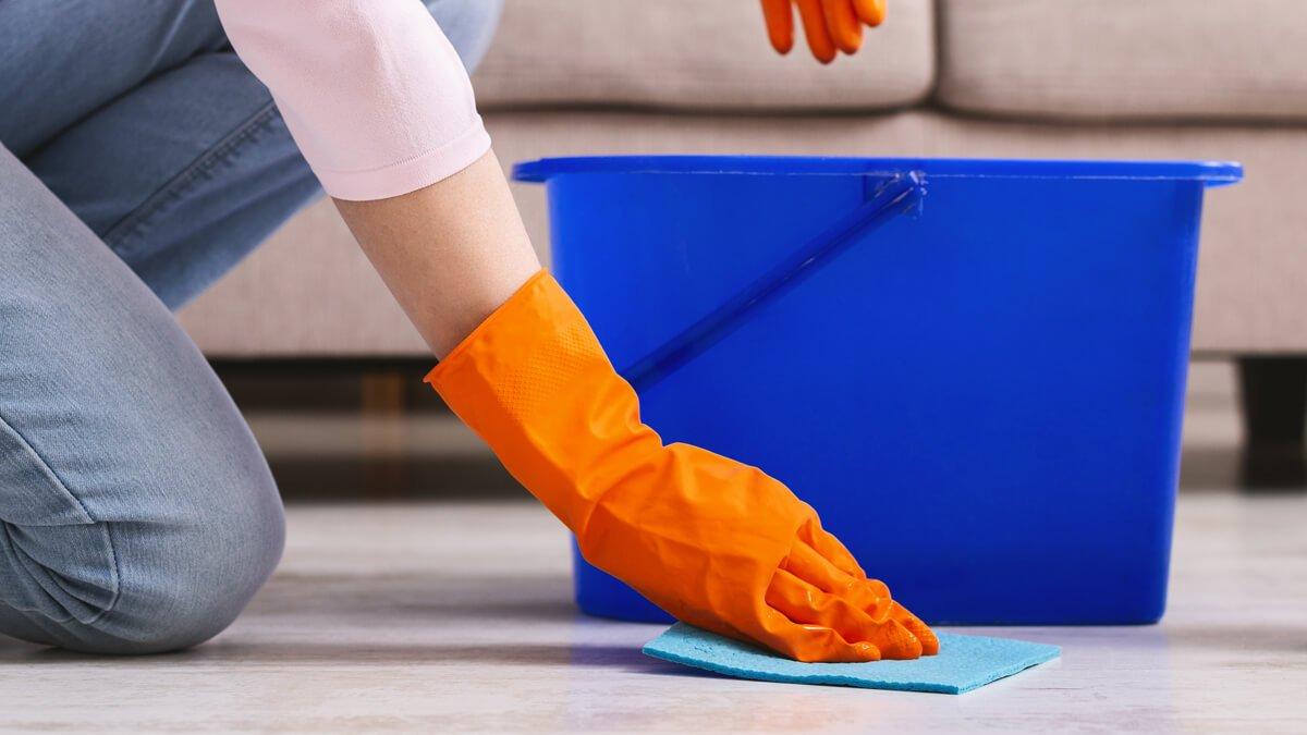 persona desinfectando el suelo