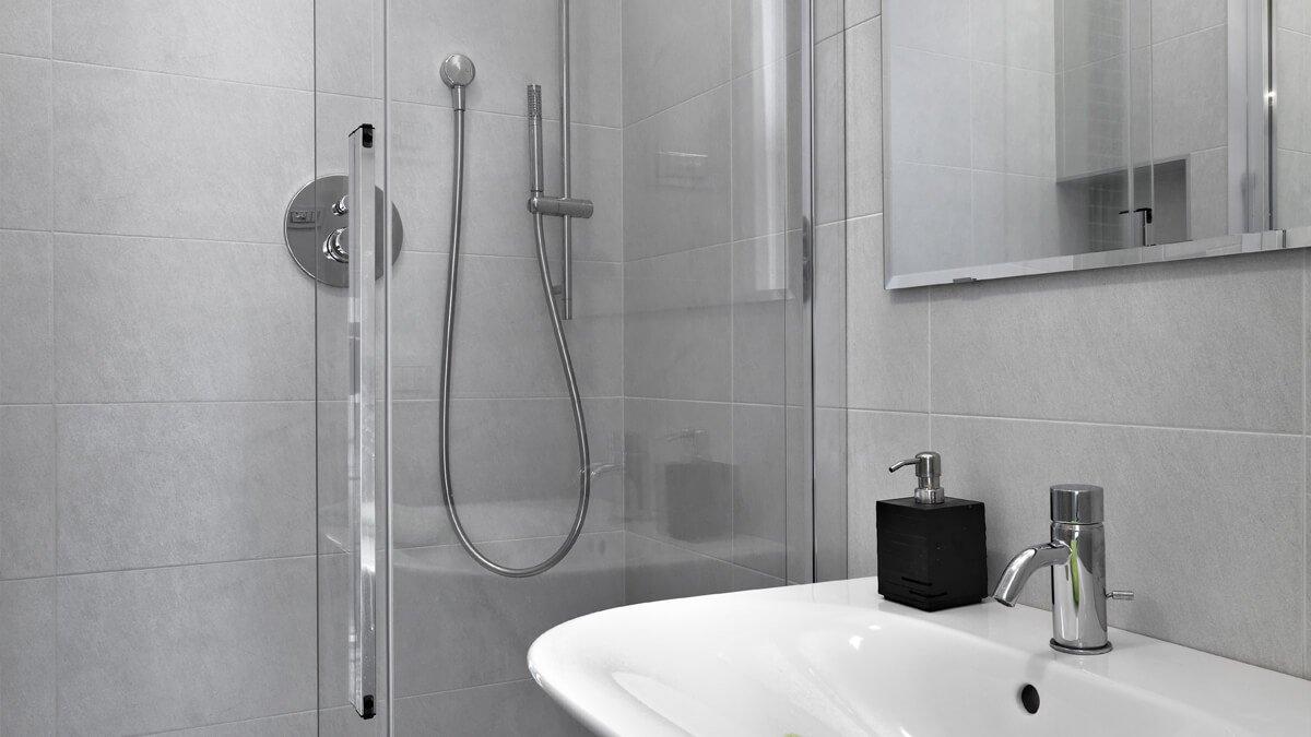 baño con mamparas de ducha