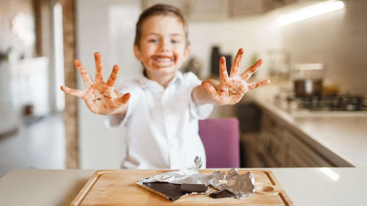 niño manchado de chocolate