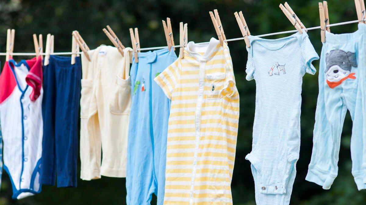 ropa de bebe extendida