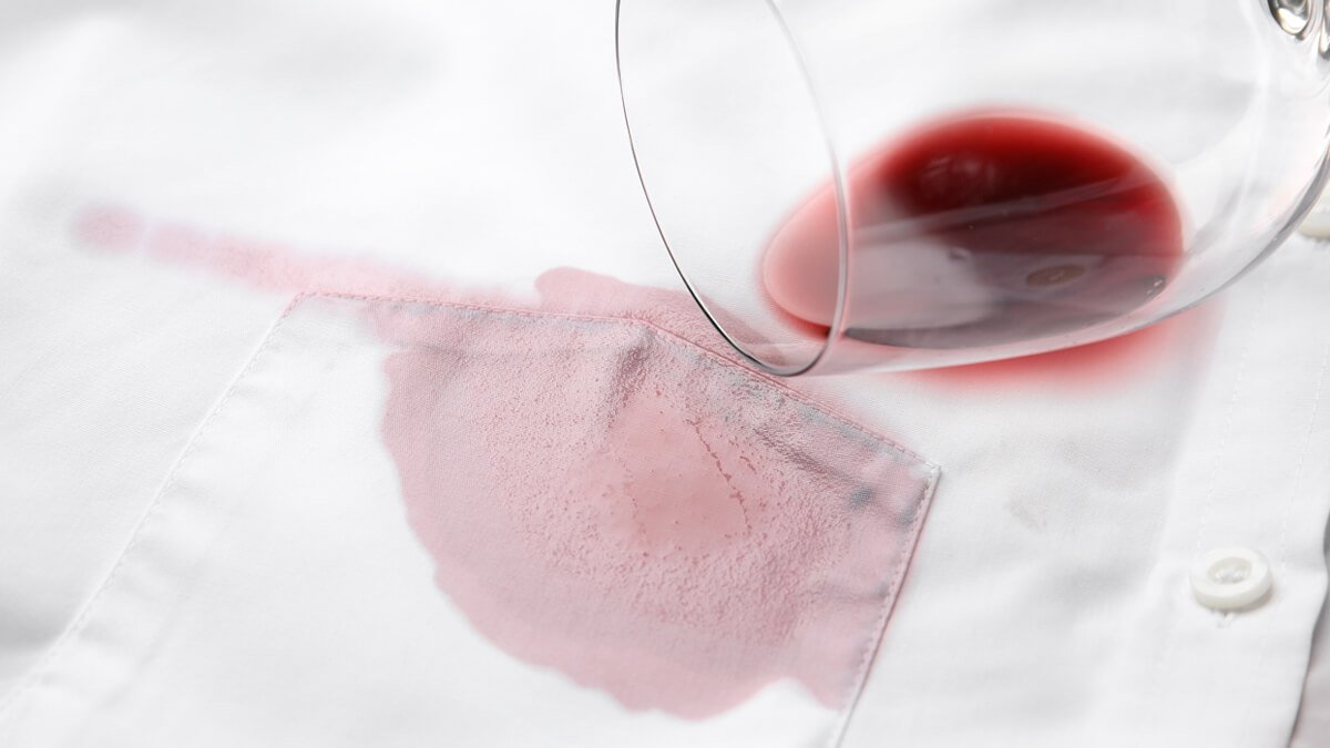 camisa manchada con una copa de vino