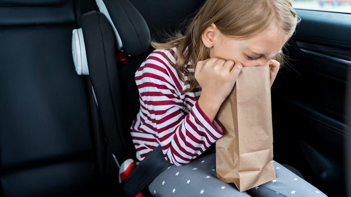 niña vomitando en el coche