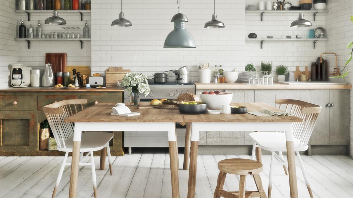 una cocina con sus muebles