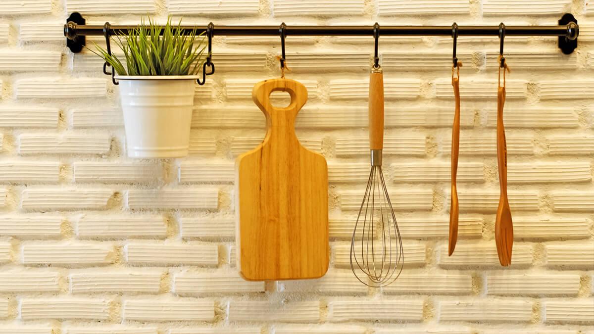 utensilios de cocina colgados en pared