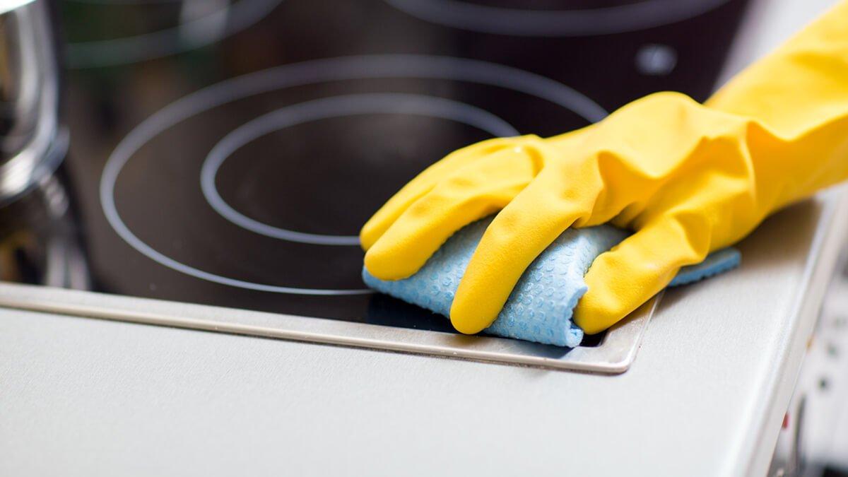 persona limpiando vitro