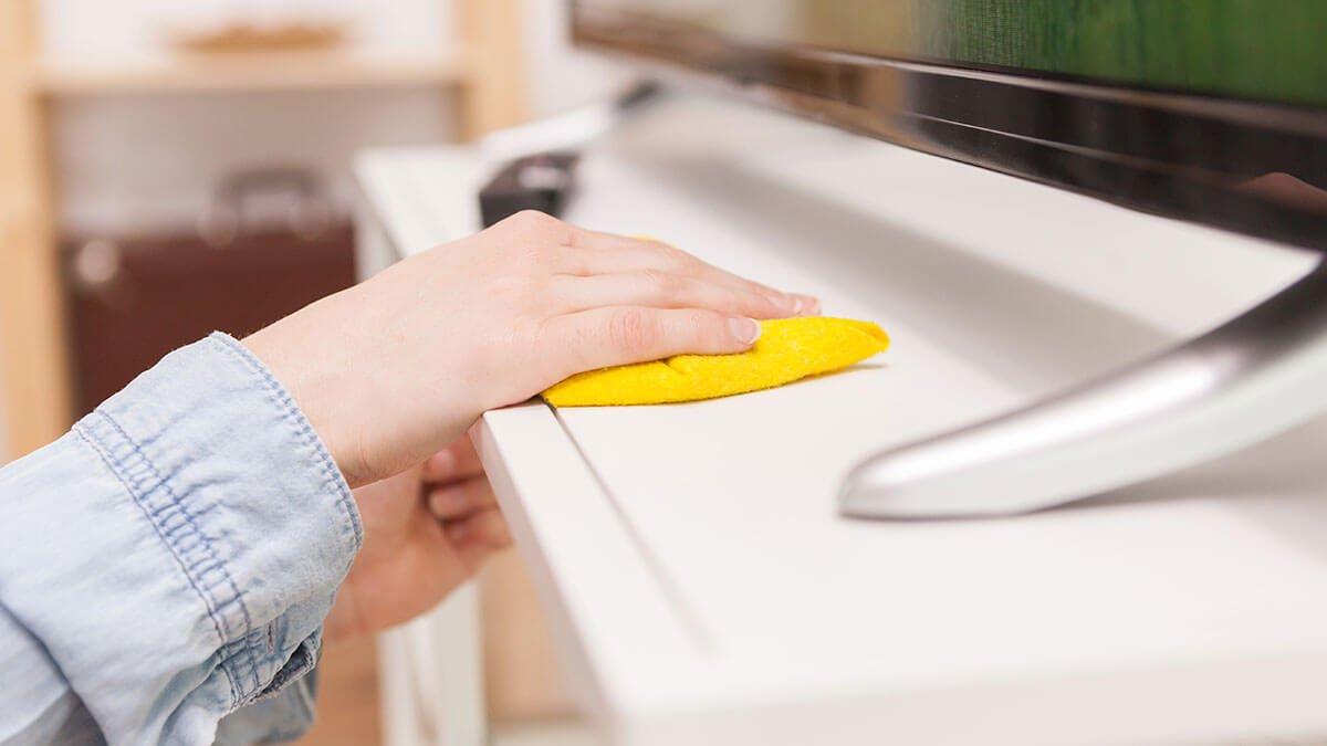 persona limpiando el polvo