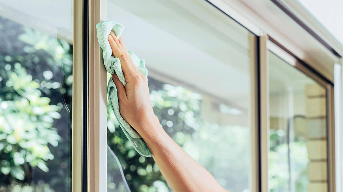 persona limpiando una ventana